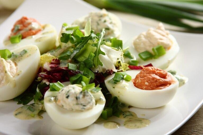 Kolorowy talerz faszerowanych jaj