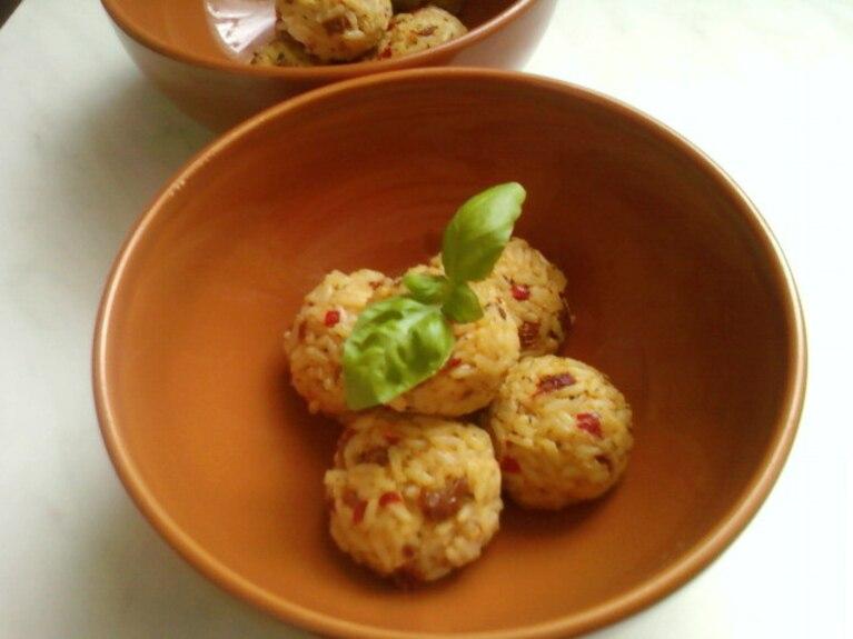 Kuleczki ryżowe z mozzarellą i suszonymi pomidorami