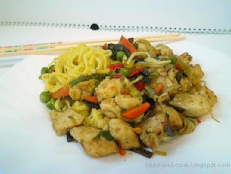 Makaron stir fry z kurczakiem po chińsku