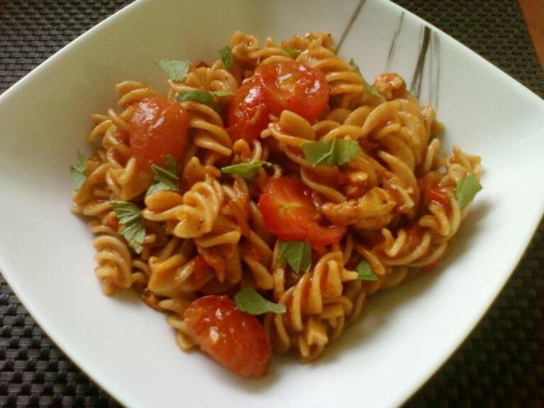 Makaron w pikantnym sosie pomidorowym
