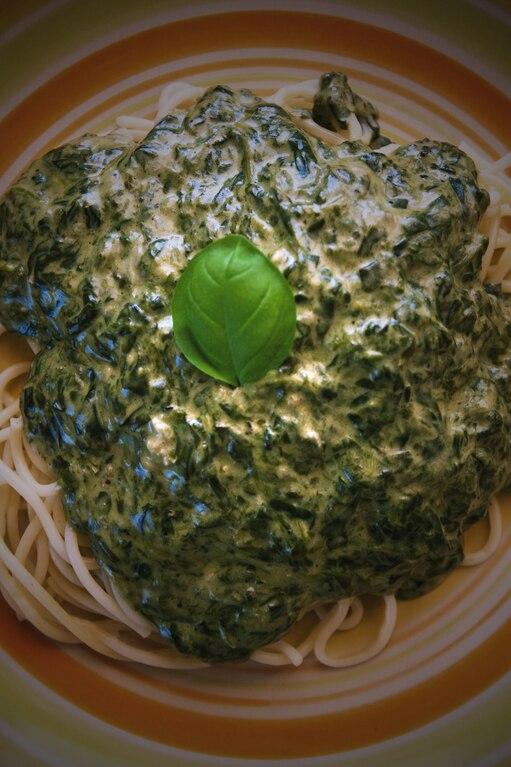 Makaron z sosem śmietanowym, gorgonzolą i szpinakiem