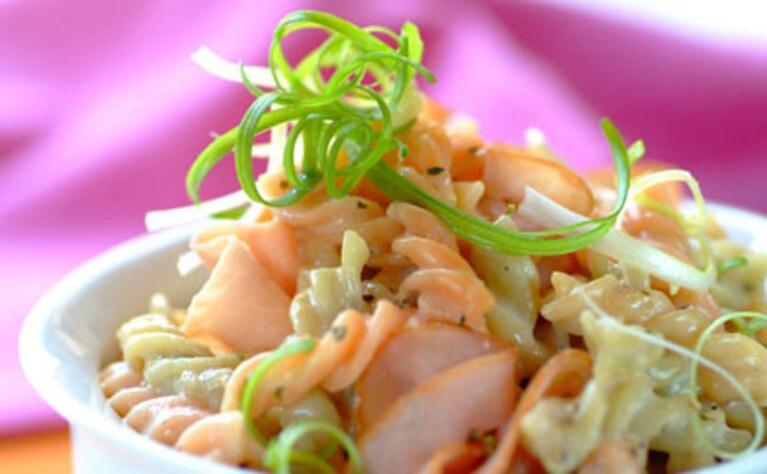Makaron z szynką i zieloną cebulką