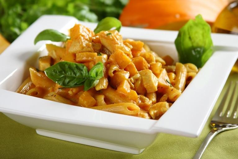 Makaron ze smażoną dynią, kurczakiem i curry