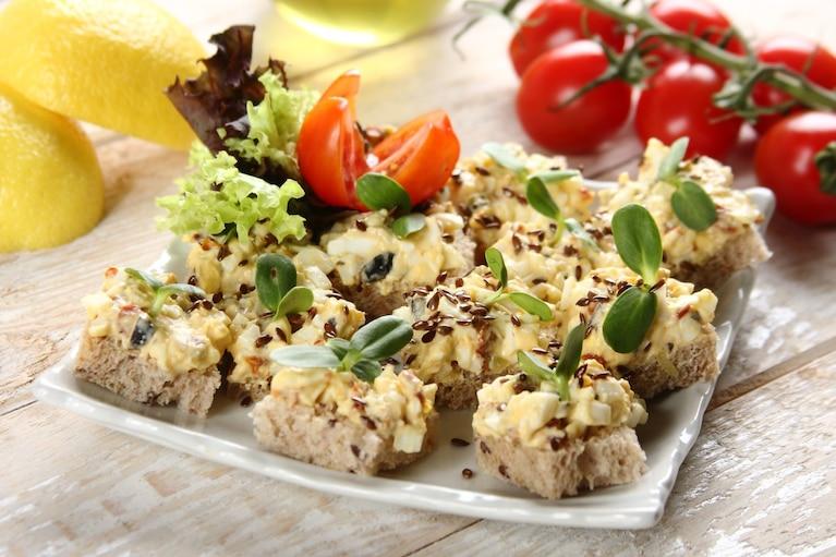 Mini kanapki dekoracyjne z pastą jajeczną, suszonymi pomidorami i oliwkami