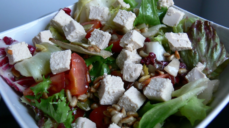 Mix sałat z pomidorkami koktajlowymi i tofu