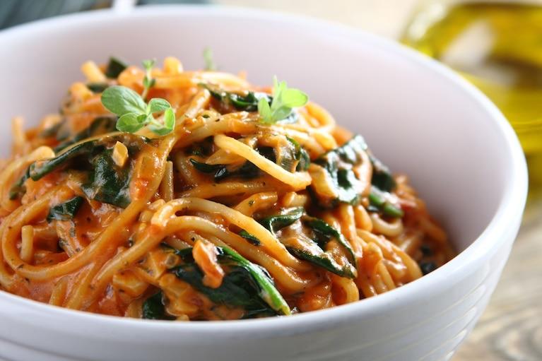 Spaghetti z pomidorami i szpinakiem