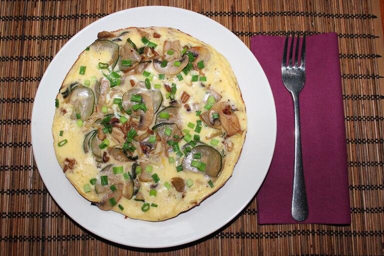 Omlet z cukinią, porem i pieczarkami