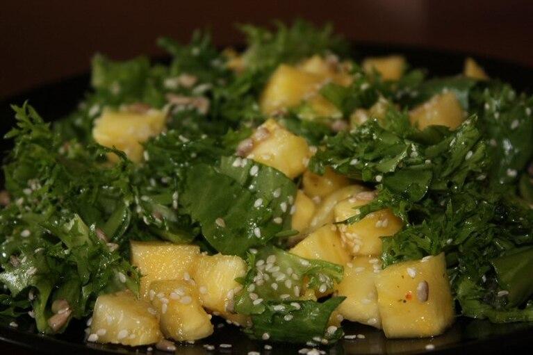 Orzeźwiająca sałatka z ananasem