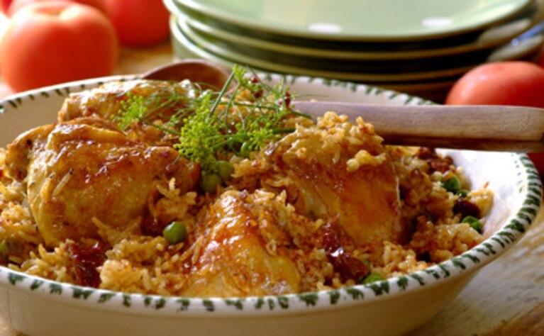 Paella z kurczakiem, pomidorami i groszkiem