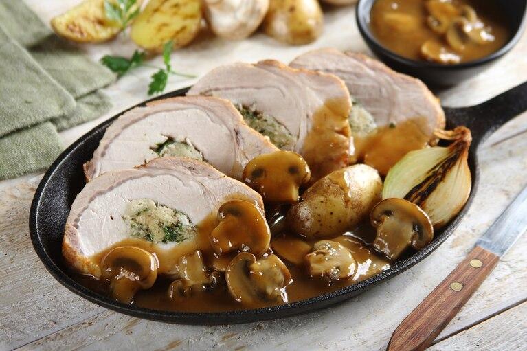 Pieczony schab z ziołowym nadzieniem i sosem pieczarkowym