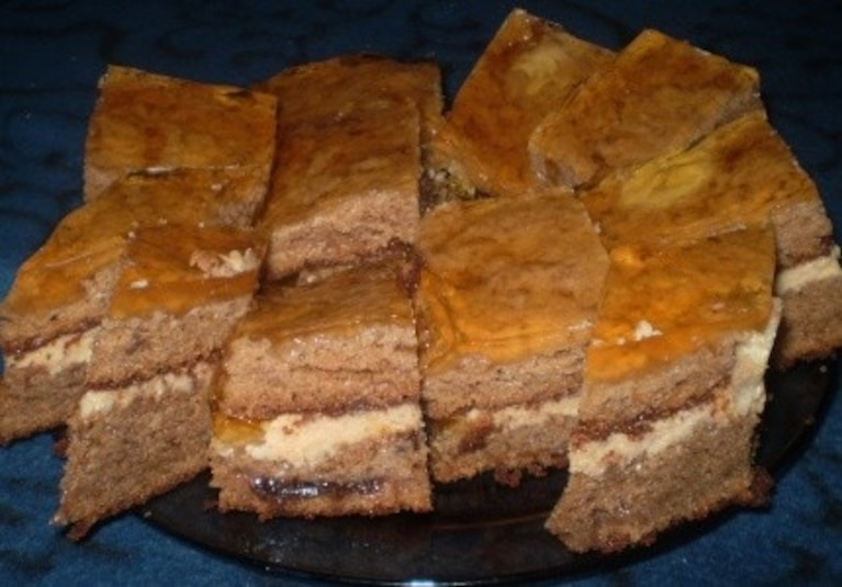 Piernikowa słodycz z dżemem poziomkowym