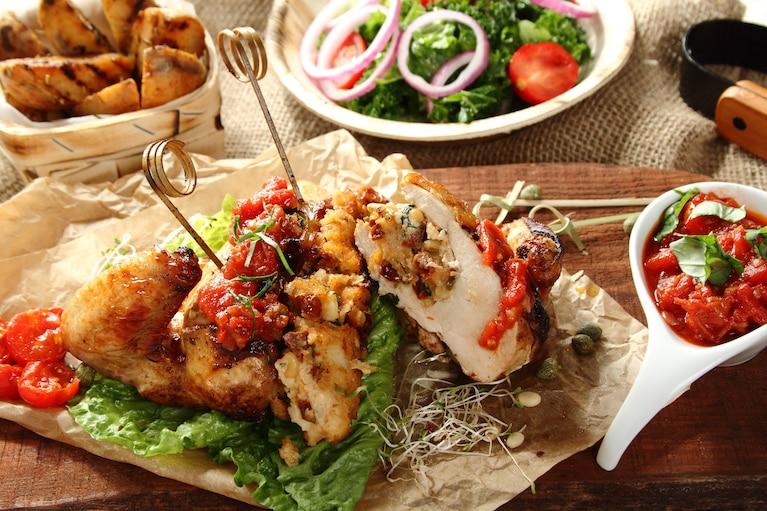 Piersi z kurczaka faszerowane pastą z suszonych pomidorów