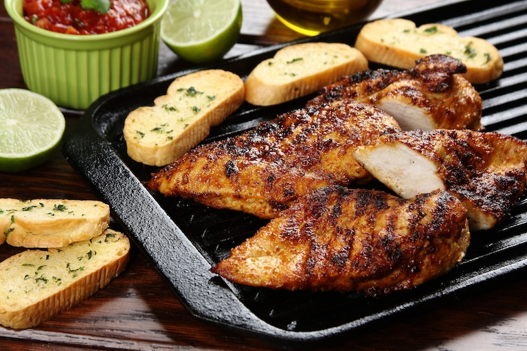 Piersi z kurczaka po meksykańsku z pomidorową salsą