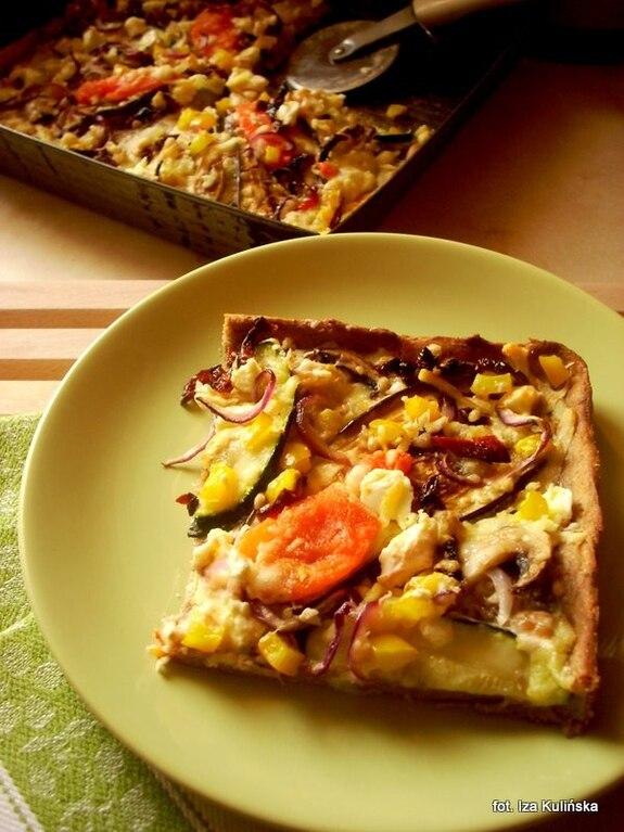 Pizza chlebowa pełnoziarnista z warzywami i serem