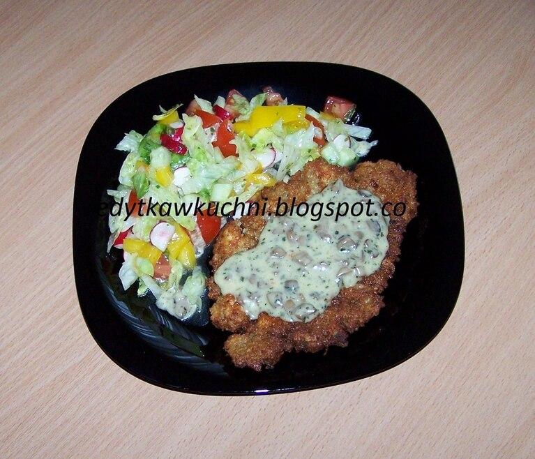 Placki ziemniaczane z sosem pieczarkowym i sałatką