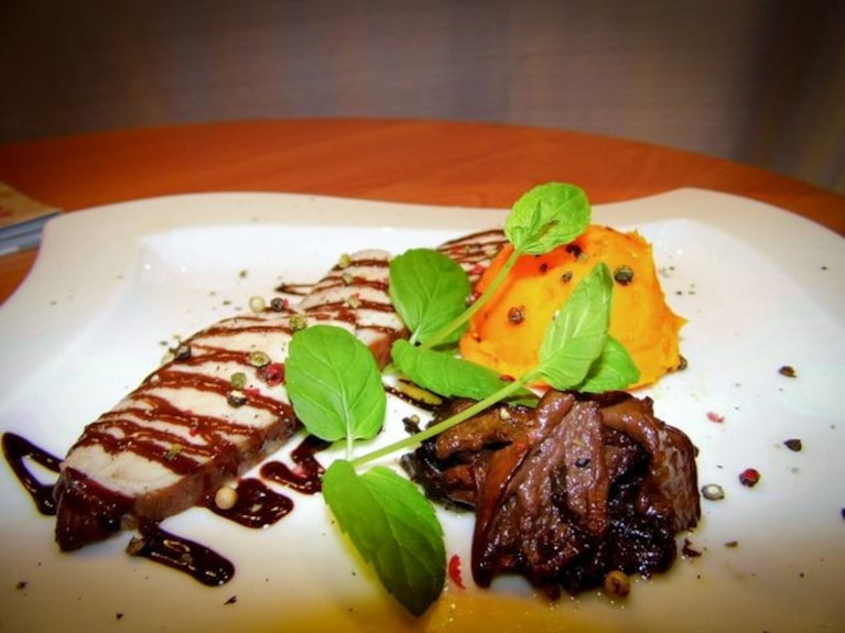 Polędwica wieprzowa duszona w czerwonym winie z puree dyniowym oraz pikantnym sosem czekoladowym