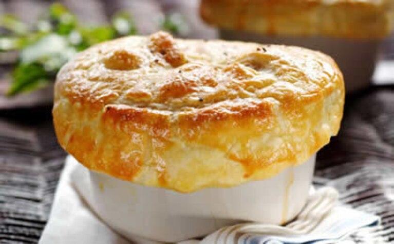 Potrawka z kurczaka pod ciastem francuskim