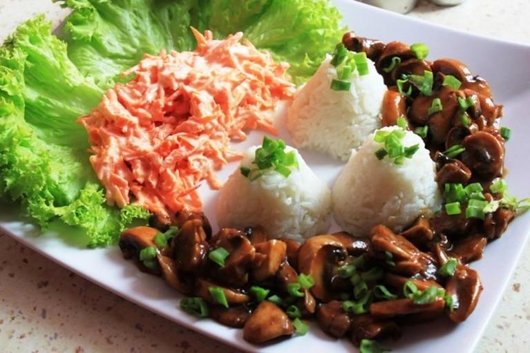 Potrawka z ryżu i pieczarek