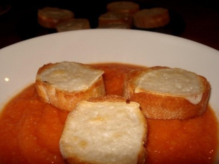 Prosta zupa z warzywna, z grzankami z serem kozim