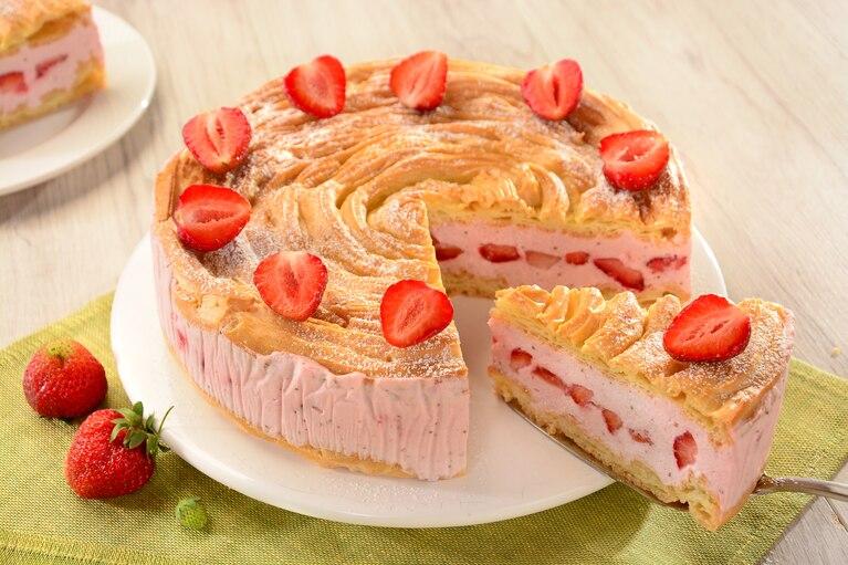 Ptysiowy tort z truskawkami