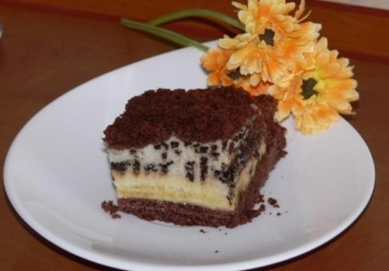 Puszyste ciasto z bitą śmietaną i niespodzianką