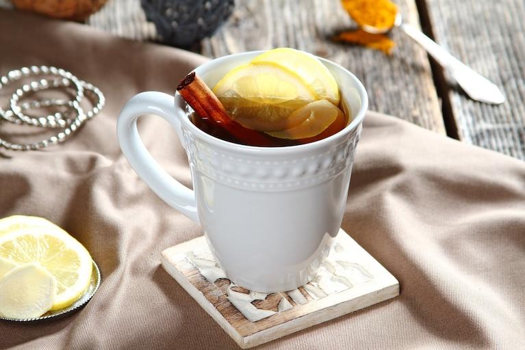 Rozgrzewająca herbata z kurkumą i świeżym imbirem