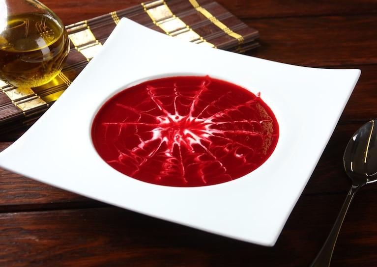 Różowa zupa buraczkowa z pajęczyną