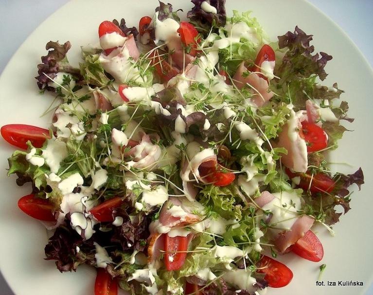 Sałata z szynką, pomidorkami i rzeżuchą