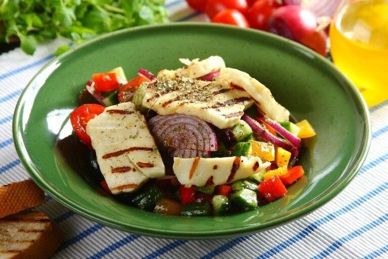Sałatka grecka z serem halloumi - VIDEO