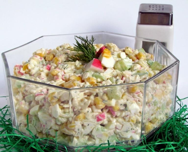 Sałatka krabowa z makaronem i jajkiem