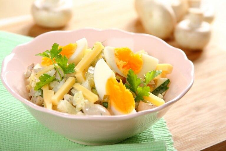 Sałatka pieczarkowa z gotowanym jajkiem i serem żółtym