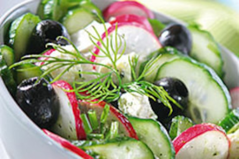 Sałatka wiosenna z czarnymi oliwkami