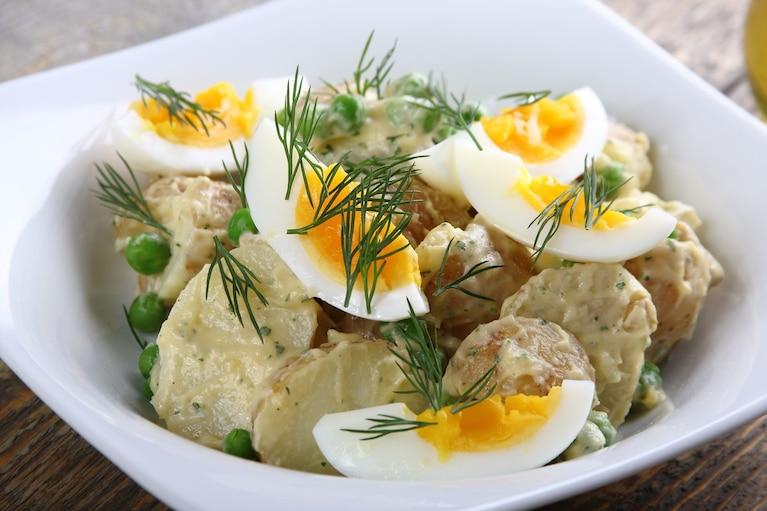 Sałatka wiosenna z ziemniakami i groszkiem