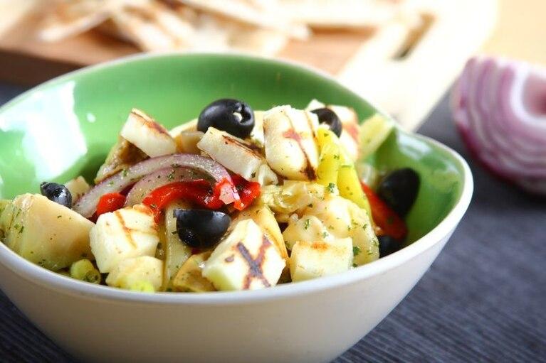 Sałatka z karczochów ze szparagami i serem halloumi - VIDEO