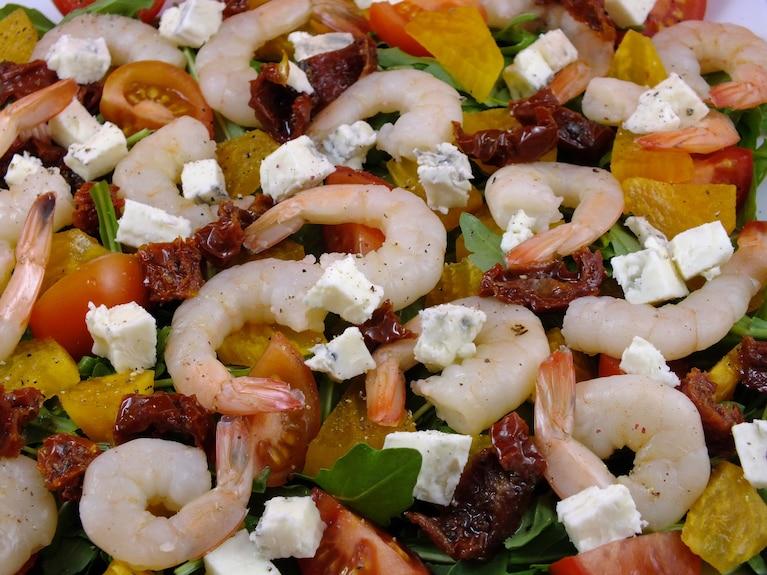 Sałatka z krewetkami, kaki i gorgonzolą