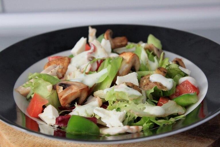 Sałatka z kurczakiem, fetą i sosem jogurtowo-czosnkowym
