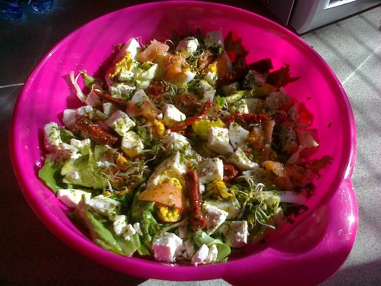 Sałatka z łososie, surimi, ser feta i suszone pomidory