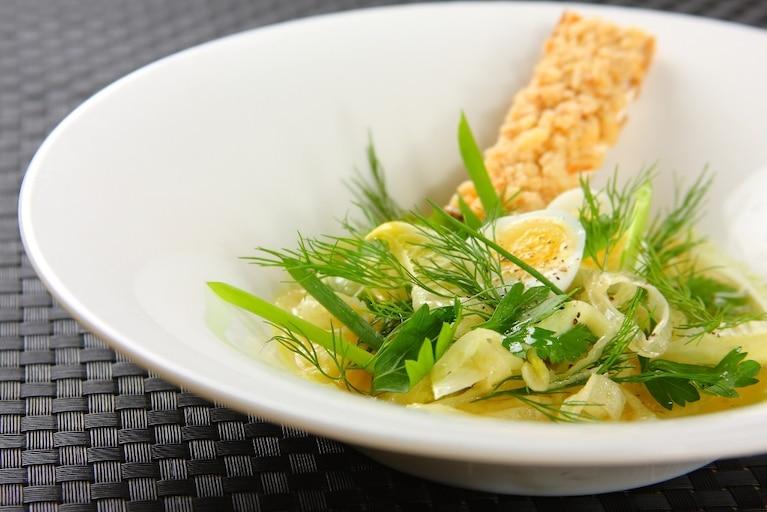 Sałatka z młodych ziół z fennelem i oliwą