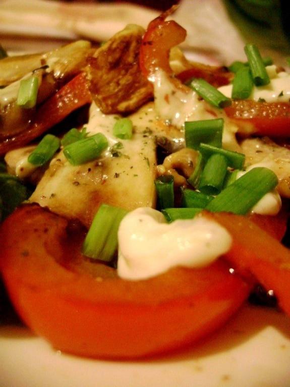 Sałatka z papryki i sera camembert ze świeżym szczypiorkiem