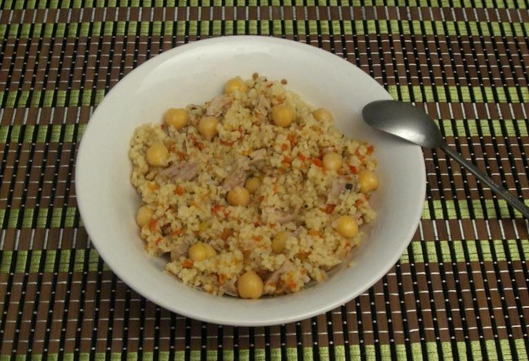 Sałatka z quinoa z ciecierzycą i kurczakiem