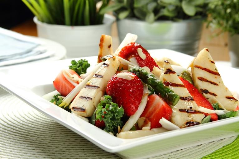 Sałatka z truskawkami i grillowanymi szparagami