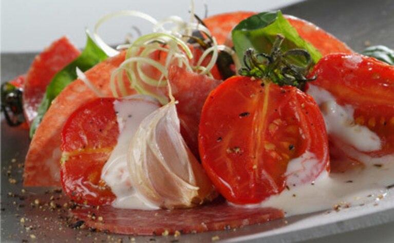 Sałatka ze smażonych pomidorów i salami