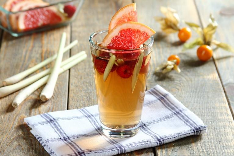Słodka zielona herbata z melisą, grejpfrutem i trawą cytrynową