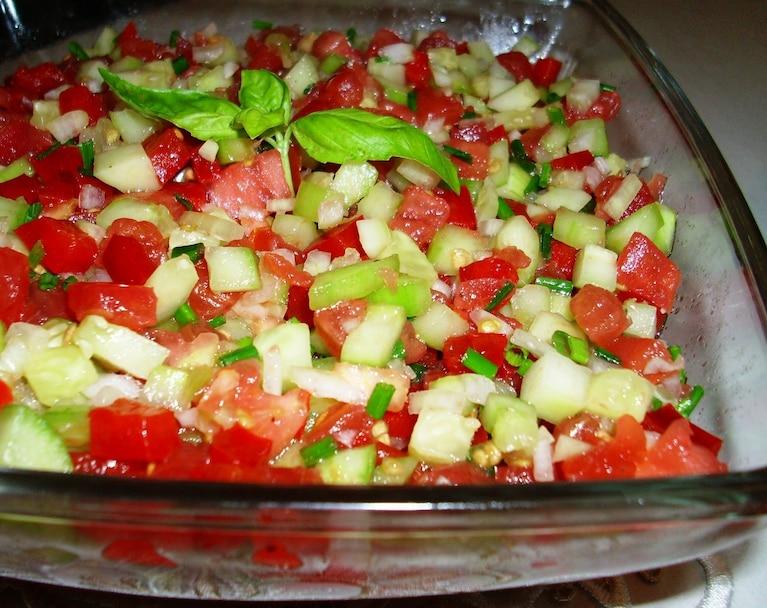 Sórówka z pomidorem,ogórkiem i celbulą
