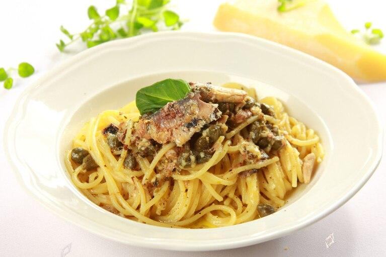 Spaghetti z anchois i kaparami