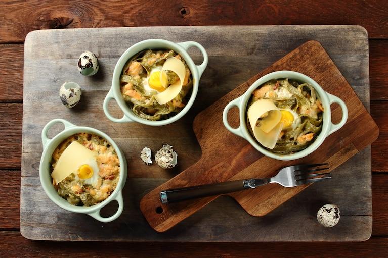 Tagliatelle z łososiem, zapiekane z przepiórczym jajkiem