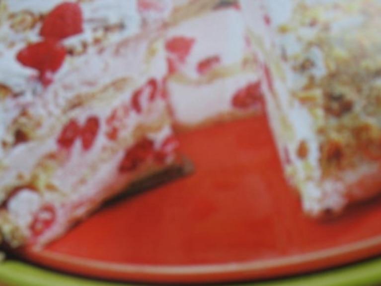 Tort z ciasta ptysiowego z kremem i malinami