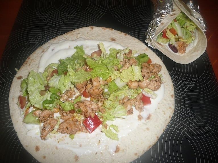 Tortille z warzywami i drobiem