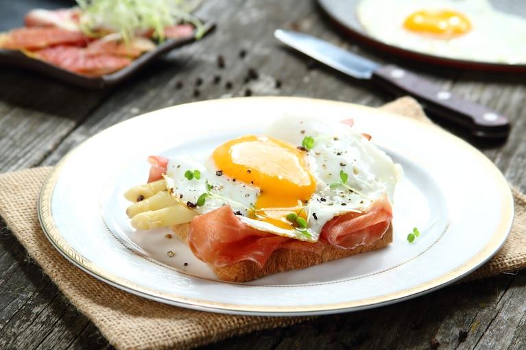 Tosty z szynką dojrzewającą, szparagami i jajkiem w koszulce