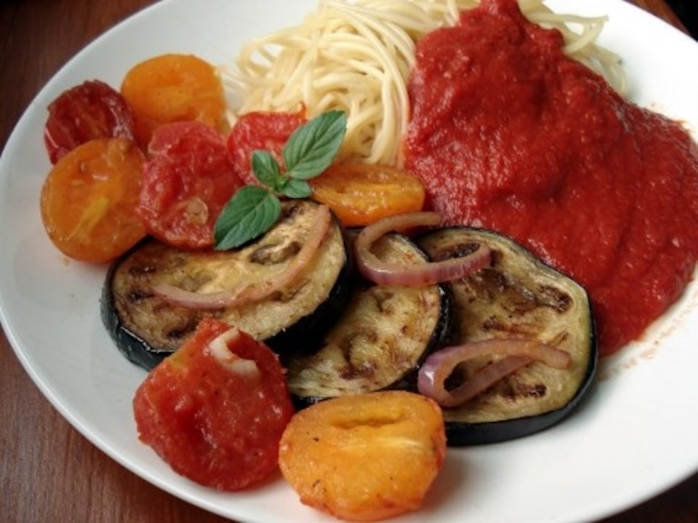 Warzywa smażone na maśle z makaronem i sosem pomidorowym